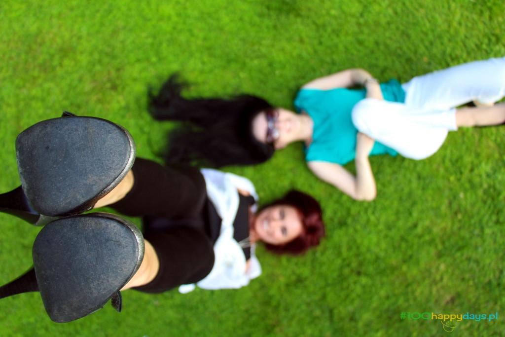 wygłupy na trawie